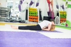 Mujer mayor en una clase de la yoga Imagenes de archivo