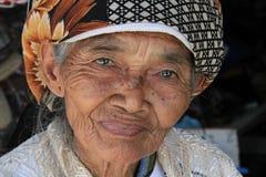 Mujer mayor en Yogyakarta en Indonesia imagenes de archivo