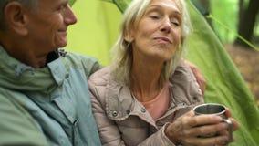 Mujer mayor encantada que descansa en el bosque con su marido almacen de video