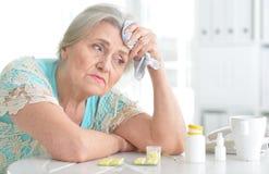 Mujer mayor enferma con la medicación Fotografía de archivo