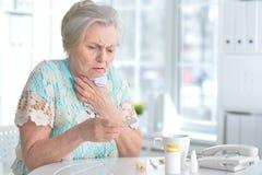 Mujer mayor enferma con la medicación Foto de archivo