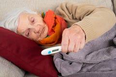Mujer mayor enferma - fiebre foto de archivo libre de regalías