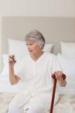 Mujer mayor enferma que toma sus píldoras Imagen de archivo libre de regalías