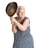 Mujer mayor enojada con una cacerola Imagen de archivo