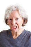 Mujer mayor enojada que la muestra foto de archivo