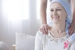 Mujer mayor feliz con el cáncer imágenes de archivo libres de regalías