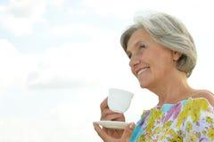 Mujer mayor feliz contra el cielo Imagen de archivo libre de regalías