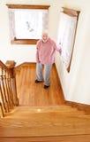 Mujer mayor feliz delante de la escalera Fotografía de archivo