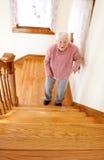 Mujer mayor feliz delante de la escalera Imagen de archivo libre de regalías