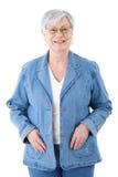 Mujer mayor feliz en la sonrisa de la chaqueta del dril de algodón Fotos de archivo libres de regalías