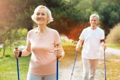 Mujer mayor feliz que camina con su marido Imagen de archivo