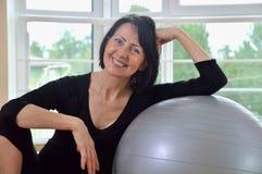Mujer mayor feliz que descansa después de ejercicio Fotos de archivo