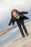 Mujer mayor feliz que se divierte en la playa Fotografía de archivo libre de regalías