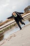 Mujer mayor feliz que se divierte en la playa Foto de archivo libre de regalías