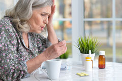 Mujer mayor hermosa que toma píldoras Imagenes de archivo