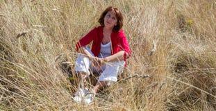 Mujer mayor joven relajada en armonía con la naturaleza Imágenes de archivo libres de regalías