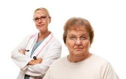 Mujer mayor loca con el doctor Behind foto de archivo