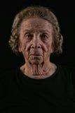 Mujer mayor mayor en fondo negro imágenes de archivo libres de regalías
