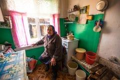 Mujer mayor no identificada Veps - pequeña gente Finno-Ugric que vive en el territorio de la región de Leningrad en Rusia Fotografía de archivo libre de regalías