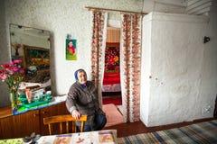 Mujer mayor no identificada Veps - pequeña gente Finno-Ugric que vive en el territorio de la región de Leningrad en Rusia Fotos de archivo
