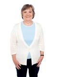 Mujer mayor ocasional alegre atractiva foto de archivo libre de regalías
