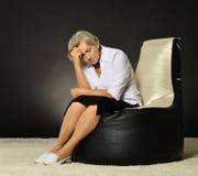 Mujer mayor pensativa Fotos de archivo