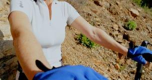Mujer mayor que activa en un camino en el campo 4k metrajes