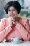 Mujer mayor que bebe un café Foto de archivo libre de regalías