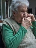 Mujer mayor que bebe un vidrio de té Imagen de archivo libre de regalías