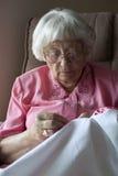 Mujer mayor que borda Imágenes de archivo libres de regalías