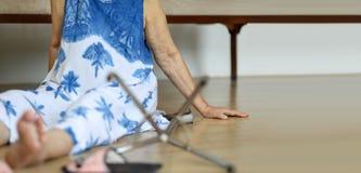 Mujer mayor que cae abajo, ataque del hogar fotografía de archivo