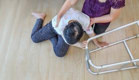 Mujer mayor que cae abajo, ataque del hogar fotos de archivo libres de regalías