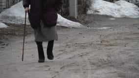 Mujer mayor que camina con un bastón Concepto para la edad avanzada, pobreza, personas mayores almacen de video