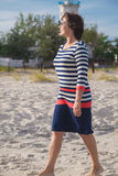 Mujer mayor que camina en la playa Foto de archivo