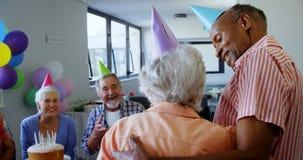 Mujer mayor que celebra su cumpleaños con los amigos 4k almacen de video