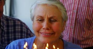 Mujer mayor que celebra su cumpleaños con los amigos 4k almacen de metraje de vídeo