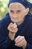 Mujer mayor que come la cereza Imágenes de archivo libres de regalías