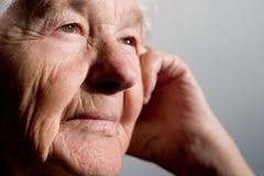 Mujer mayor que comtempla Fotos de archivo
