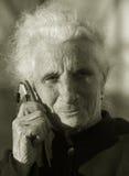 Mujer mayor que comunica Imágenes de archivo libres de regalías