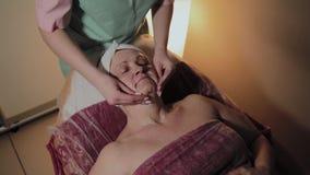 Mujer mayor que consigue el tratamiento en balneario de la belleza metrajes