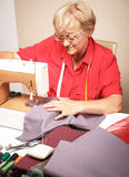 Mujer mayor que cose en una máquina de coser Fotos de archivo libres de regalías