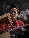 Mujer mayor que cose en una máquina de coser Fotografía de archivo libre de regalías