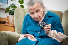 Mujer mayor que cuenta el dinero Fotografía de archivo libre de regalías