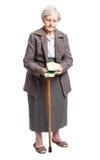 Mujer mayor que cuenta el dinero sobre el fondo blanco Fotos de archivo libres de regalías