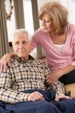 Mujer mayor que cuida para el marido enfermo Fotos de archivo