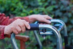 Mujer mayor que da con dos manos un caminante foto de archivo