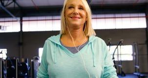 Mujer mayor que ejercita en la rueda de ardilla en el estudio 4k de la aptitud almacen de video