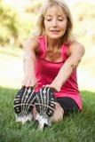 Mujer mayor que ejercita en parque Foto de archivo libre de regalías