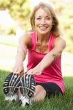 Mujer mayor que ejercita en parque Imagen de archivo