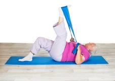 Mujer mayor que ejercita para la movilidad fotos de archivo